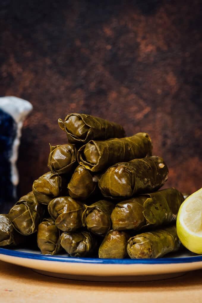 无肉葡萄叶挤满了地中海风味和香料是如此好!不要担心如果你从未用过这些树叶标本日志。我们做了一个如何为你视频!!