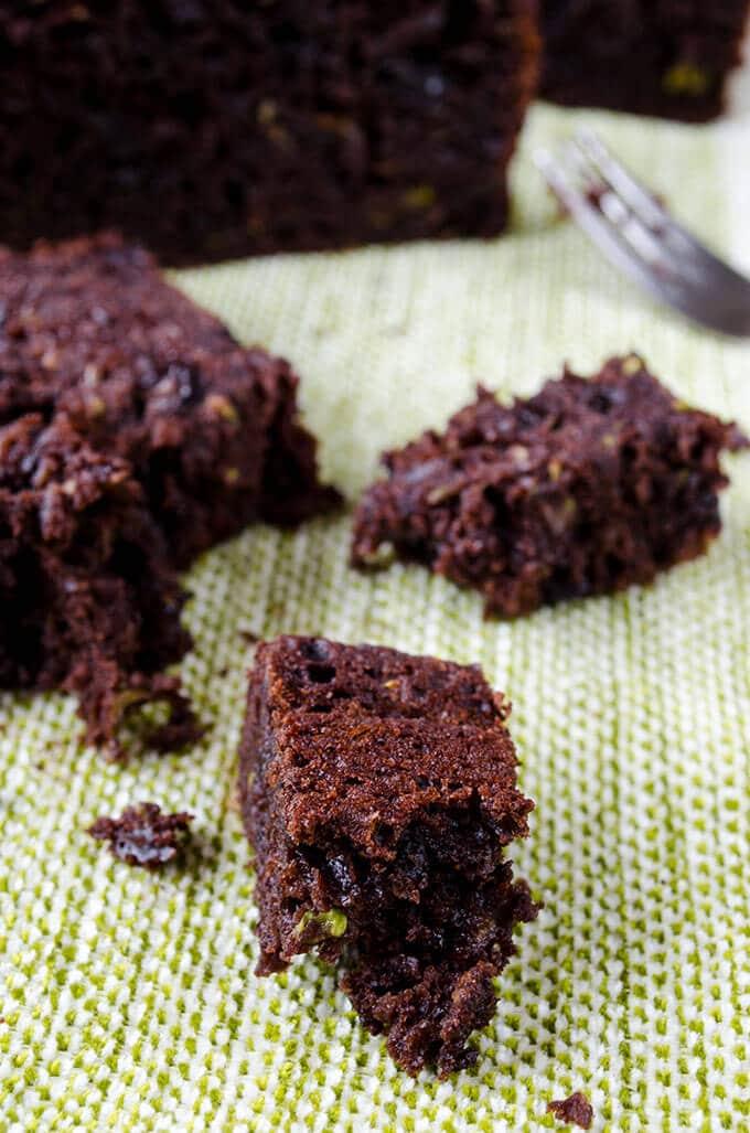 小西葫芦是这种巧克力和酸奶小西葫芦面包非常滋润的秘诀。你听到我的西葫芦仇恨者了吗?我敢肯定你会经常做这个面包的!!