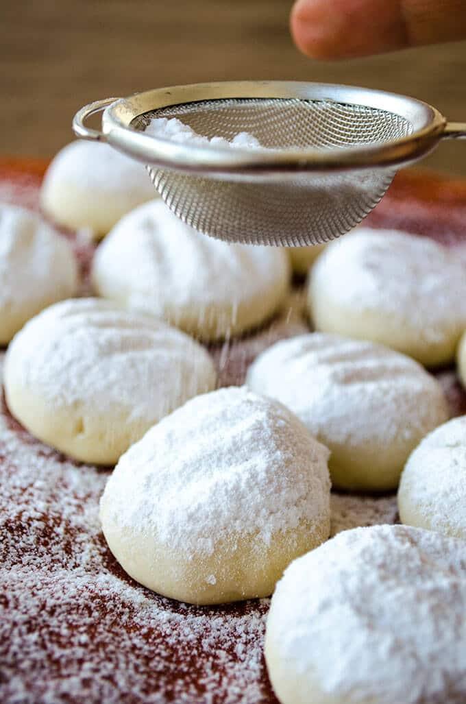 """""""融化时刻""""饼干简直就是融化在你的嘴里。玉米淀粉有魔力。非常容易烘焙。它们是完美的食用礼物!!"""
