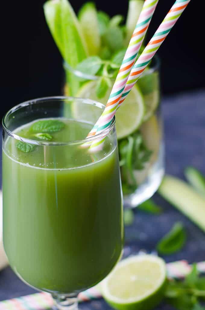清新绿汁没有糖或防腐剂。这是一个非常健康和美味的饮料可以让在家里。不需要榨汁机!-giverecipe.com