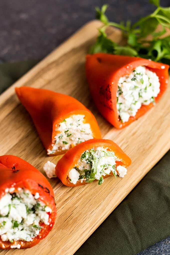 胎儿馅红铃椒是派对上完美的开胃菜。烤红甜椒中充满了胎儿和希腊酸奶的混合物。——giverecipe.com