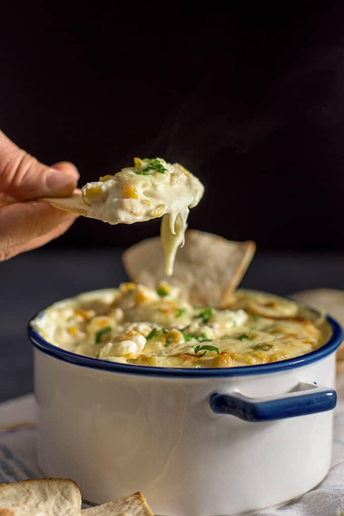 热奶酪玉米浸泡液是超级容易与只有5种成分。5分钟就做好了。太好了,每个人都想吃掉整个东西!-giverecipe.com