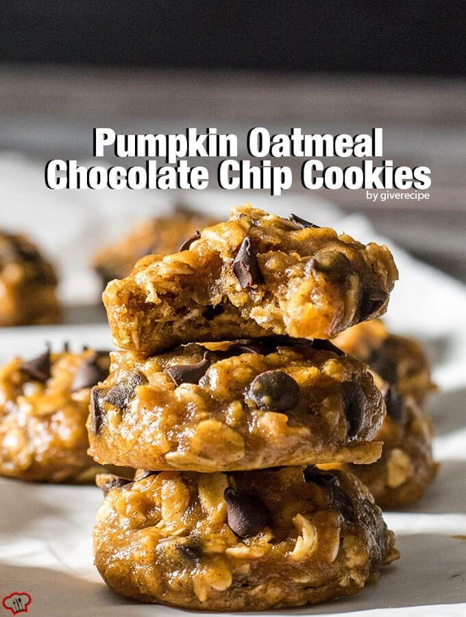 南瓜燕麦巧克力饼干。有嚼劲,soft and moist.Packed with pumpkin flavor and chocolate chips.素食主义者!——giverecipe.com