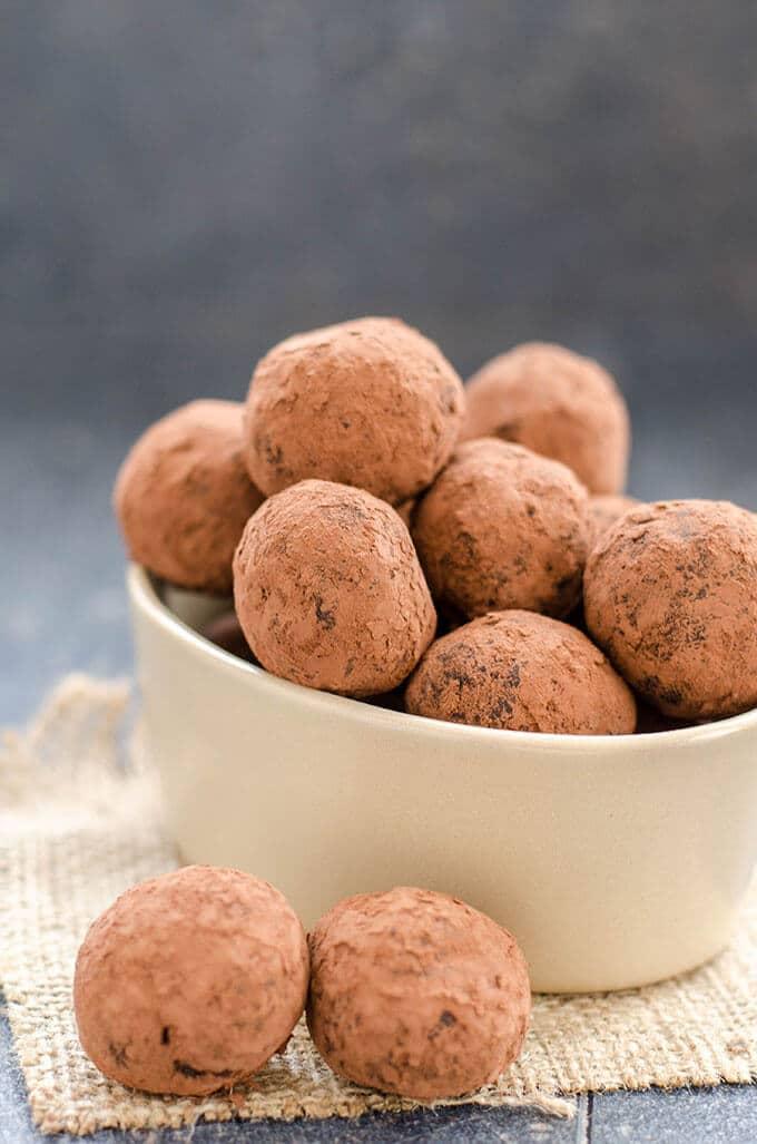素食巧克力松露是最简单的节日食品。Everyone will want to eat more after learning these are the healthiest treat too.- giverecipe.com