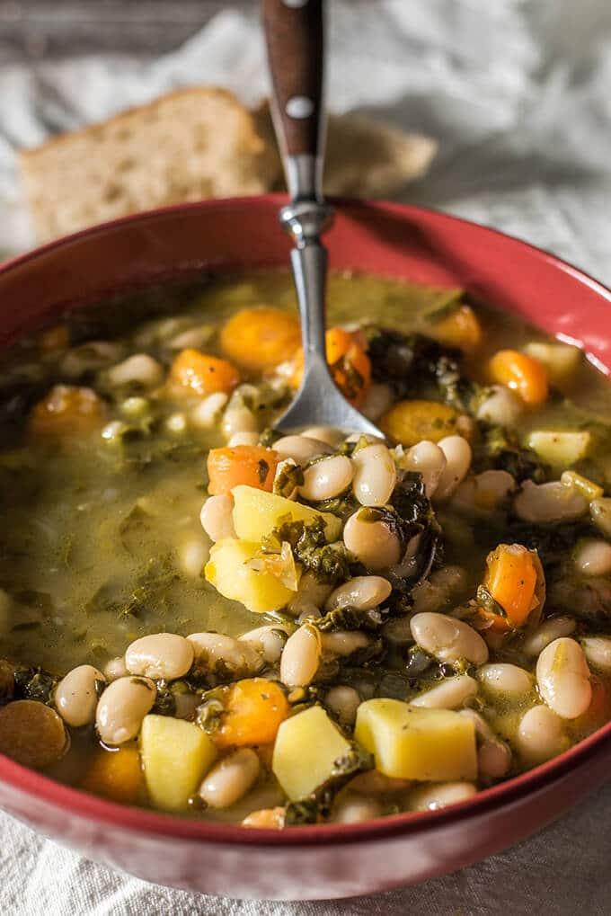 托斯卡纳豆汤是最好的安慰在寒冷的日子里。纯素食谱,令人惊讶的味道,因为它充满了美妙的蔬菜。在30分钟准备好了!-giverecipe.com