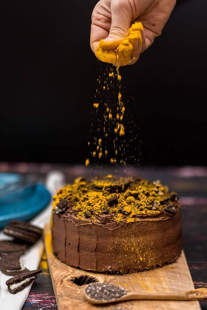 香蕉姜黄与芡欧鼠尾草种子和酸乳酒巧克力蛋糕。这是超级超级蛋糕原料!姜黄就像自然洒,你甚至不觉得味道。