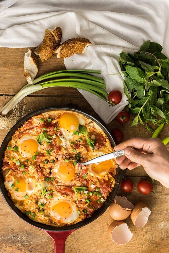 土耳其时段蛋菜menemen是一种非常美味的早餐,午餐和晚餐食谱。简单的,快那么美味!!