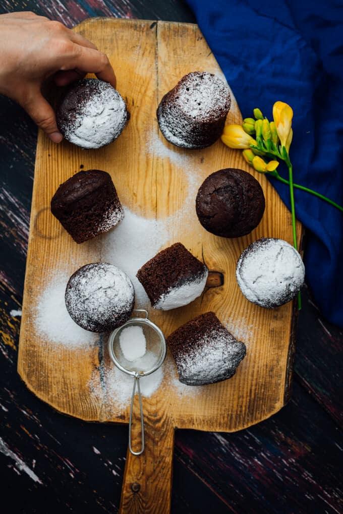 抓住一个白脱牛奶巧克力松饼了糖粉在木板上