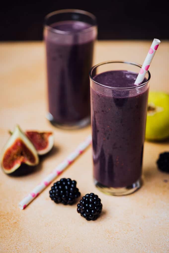 黑莓图克非尔在两杯奶昔白色和粉红色的吸管