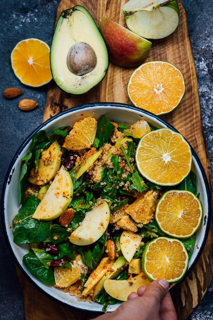 奎奴亚藜黑豆和芝麻菜沙拉,鳄梨,苹果和橘子