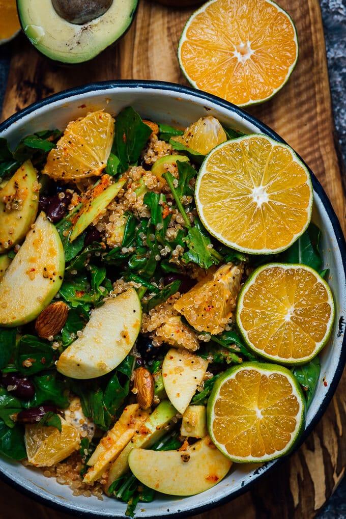 黑豆奎奴亚藜沙拉和苹果和橙是一个完美的配菜陪晚餐。这种力量沙拉肯定是免疫系统升压的帮助下所有材料及其超级健康的橘子酱。