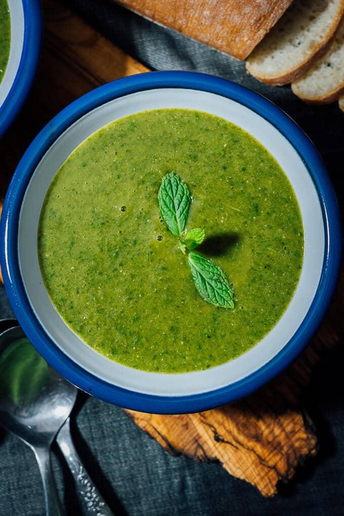 素食红豆菠菜汤是热烈和安慰汤,主食在我家多年。超级奶油,没有任何乳制品和令人惊讶的香味。