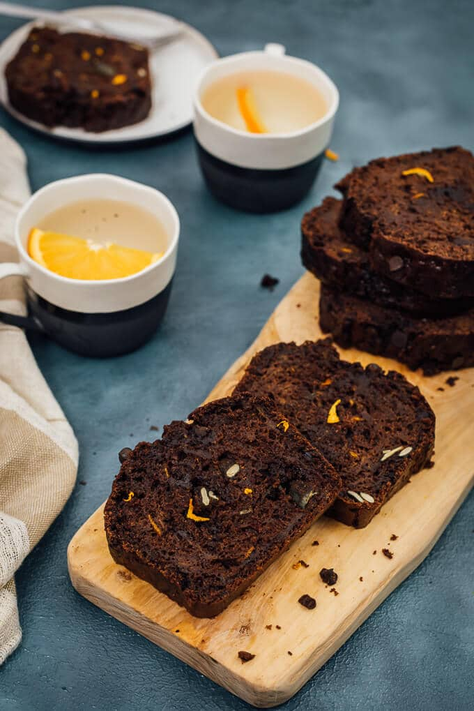 这是一个橘子味巧克力面包碎新鲜的南瓜,南瓜种子和巧克力。一碗面包,节日是一个真正的赢家!!
