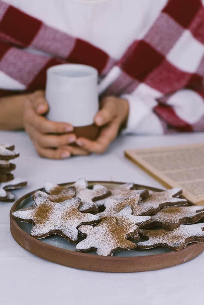 No-Chill巧克力糖饼是最简单的糖和巧克力味饼干。他们烤不传播。清晰的边缘和柔软的中心,这些都是完美的节日饼干!!