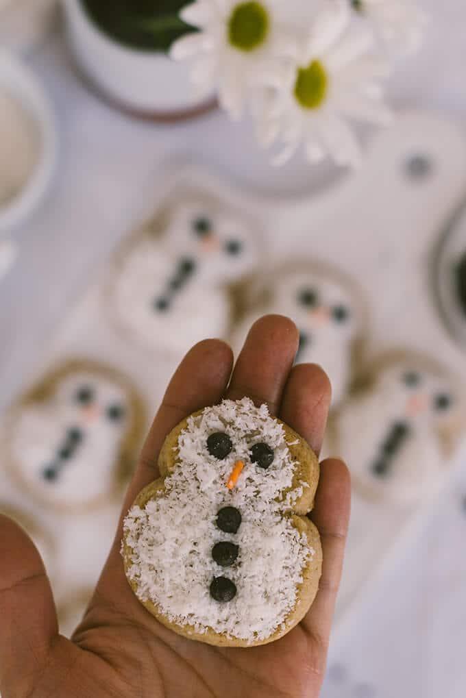 椰子雪人饼干最可爱的饼干你可以为你的圣诞节或新年庆祝活动。简单而可爱的儿童和成年人。